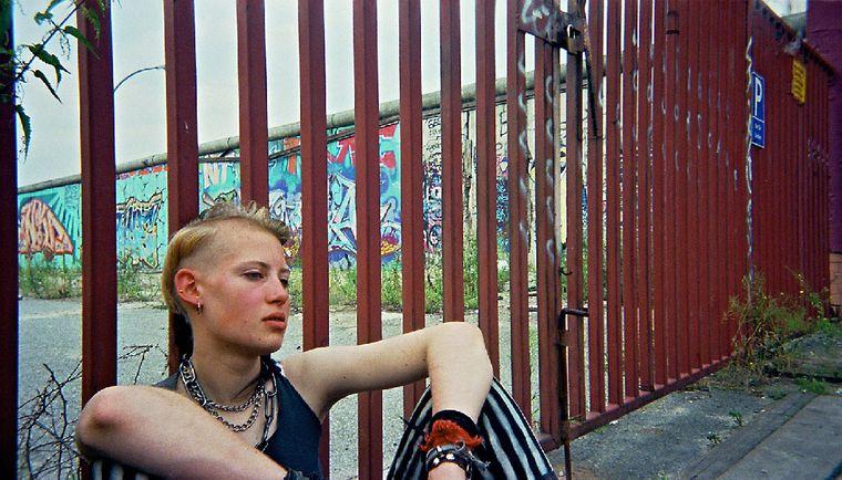"""Bild der Fotoausstellung """"Kennen wir uns? Straßenkinder fotografieren ihre Welt"""". Ruth, """"Wir müssen draußen bleiben"""""""