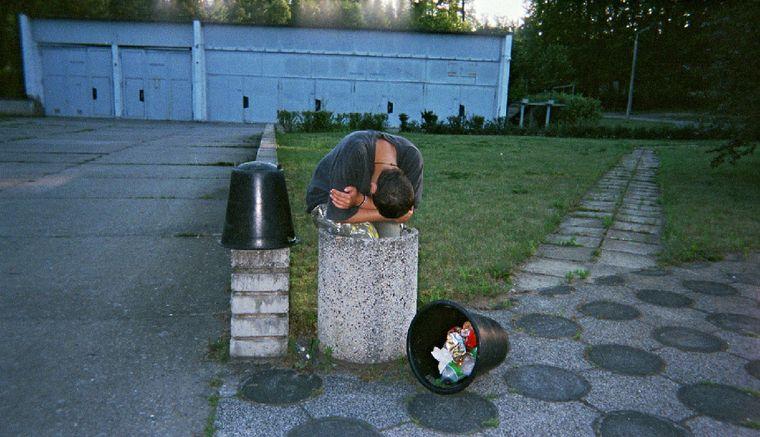 """Bild der Fotoausstellung """"Kennen wir uns? Straßenkinder fotografieren ihre Welt"""". Josi M. """"Der letzte Dreck"""""""
