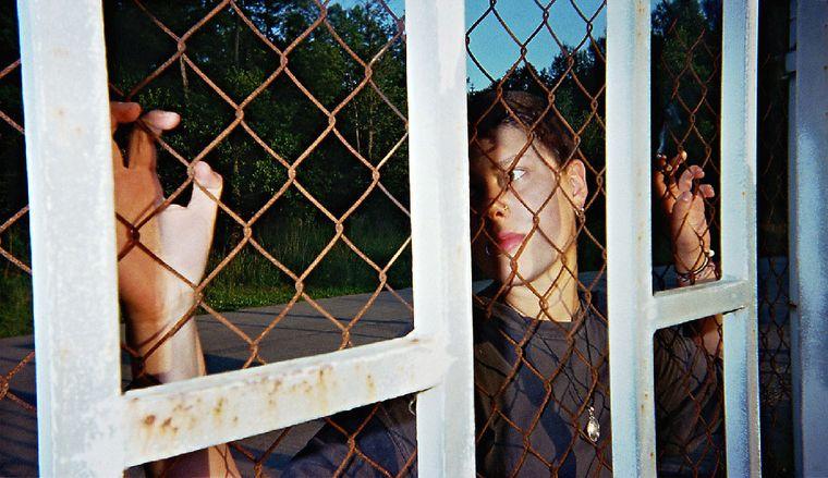 """Bild der Fotoausstellung """"Kennen wir uns? Straßenkinder fotografieren ihre Welt"""". Josi M., """"Ausgeschlossen"""""""